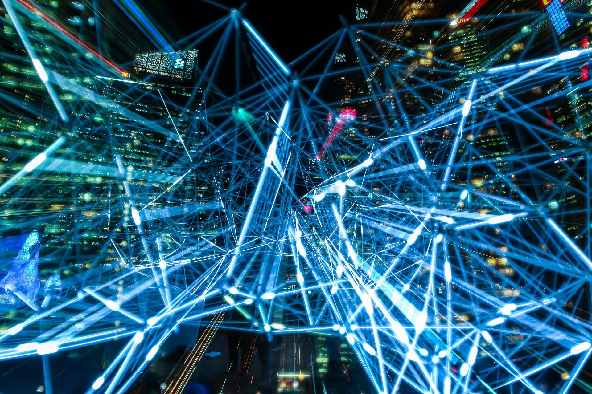 Darstellung eines Datennetzwerks durch blaue Lichter und Verästelungen